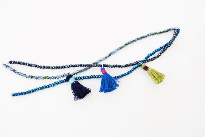 1. Insérer un pompon sur chaque rang de perles.