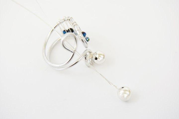 6. Insérer les perles dans les boucles et les fixer au fil d'aluminium avec les longueurs de fil métallique restant.