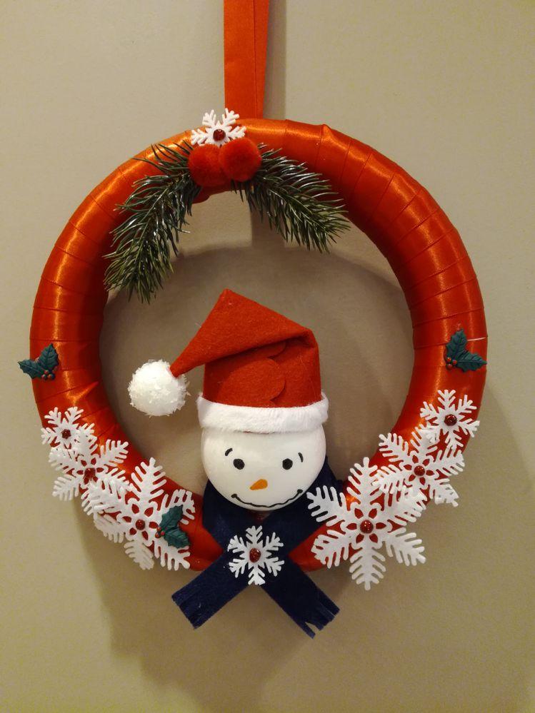 pour cette couronne j'ai utilisé une couronne en polystirène, du ruban rouge, une guirlande flocon en feutrine , et une boule polystyrène pour le bonhomme de neige.