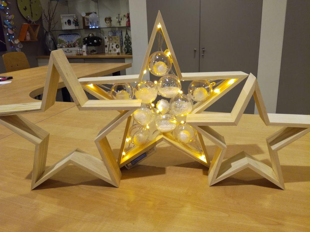 pour ce lot de trois étoiles, j'ai simplement collé des boules plastique entre elles avec des paillettes, neige etc puis j'ai rajouté une guirlande lumineuse.