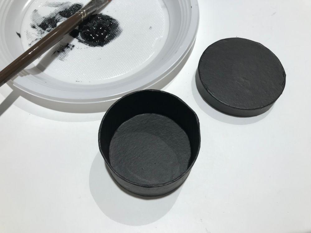 Peindre toute la boite en noir.