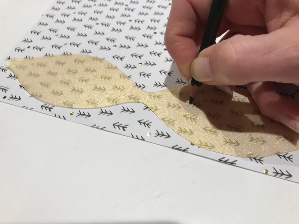 Calquer les motifs du papier choisi au crayon de couleur.