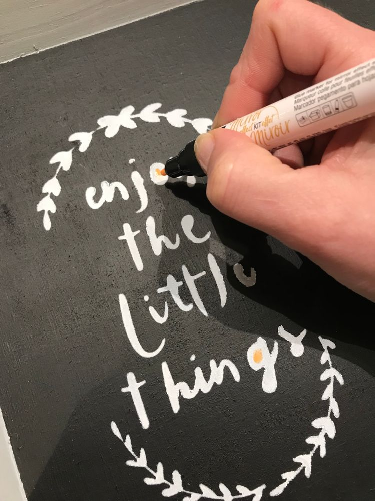 Avec le crayon pour l'effet miroir appliquer la mixion sur les motifs choisis et laisser sécher.