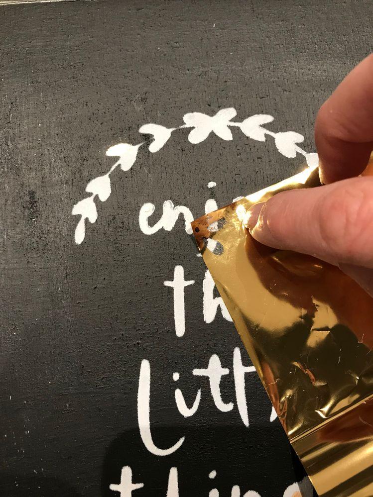 Poser la feuille miroir côté brillant doré face à vous et gratter la feuille sur les endroits ou vous avez posé la mixion.