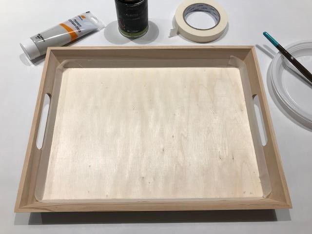 Masquer les bords intérieurs du plateau, et peindre 2 à 3 couches avec la peinture ardoise sur le fond du plateau. Puis masquer le fond et peindre le reste du plateau en gris béton (2couches).