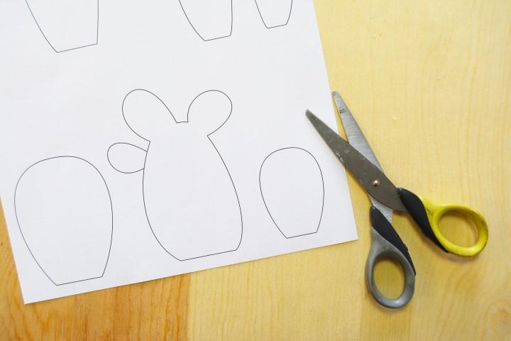 1. Télécharger et imprimer sur une feuille de papier le gabarit des cactus. Découper chaque cactus.