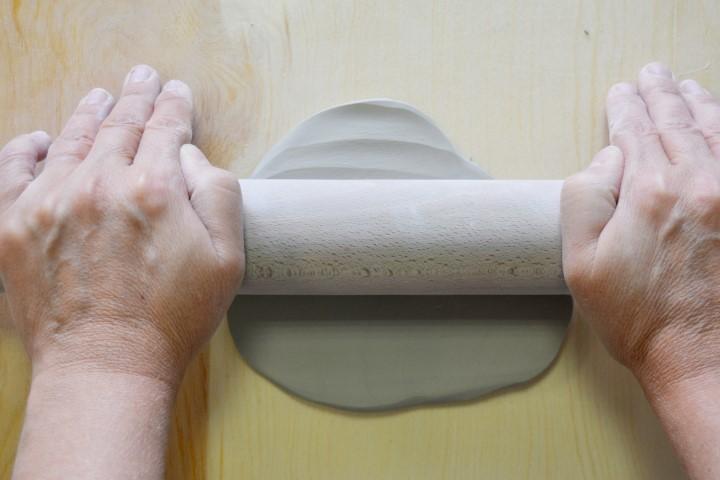 2. Découper un morceau de pain d'argile et l'étaler à l'aide du rouleau.