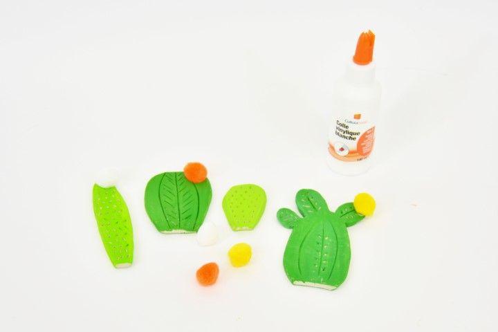 8. Coller des pompons sur quelques cactus.
