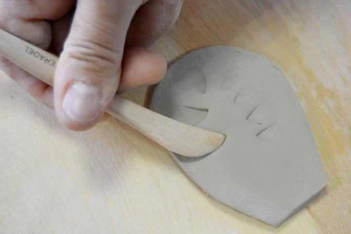 5. Réaliser des empreintes à l'aide d'un embauchoir comme sur la photo ci-dessus.