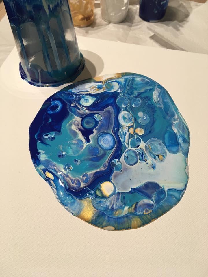 Enlever le verre puis faire couler la peinture pour remplir la toile. La quantité est importante car si vous en mettez pas beaucoup vous serez obligé d'étirer au maximum et cela donnera un coté marbré.