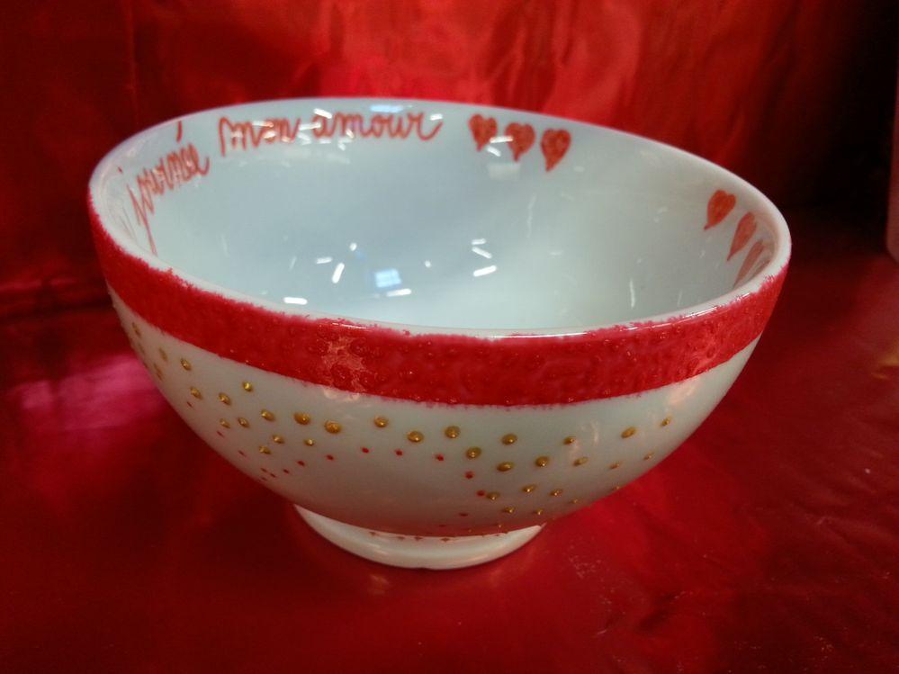 A l'aide d'un scotch de masquage, peindre une zone rouge à l'éponge autour du bol sur 1cm.