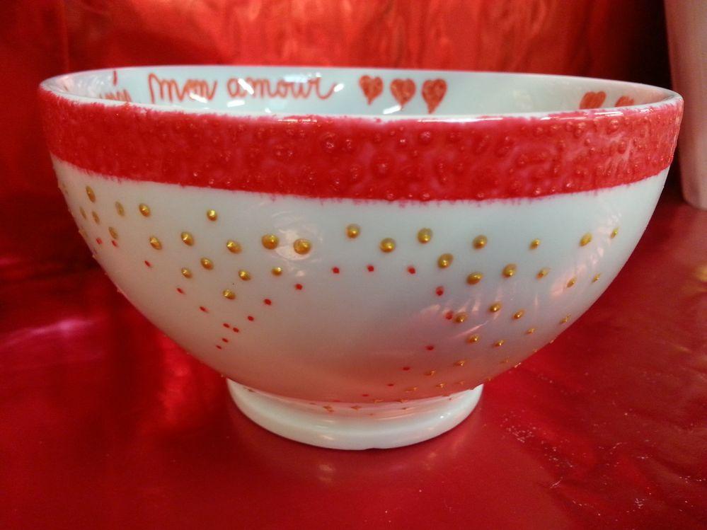 Ajouter un message avec le feutre pour porcelaine, et réaliser des motifs avec le cerne relief.