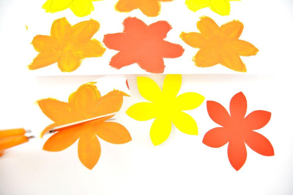 3. Découper chaque fleur en suivant les contours du dessin.