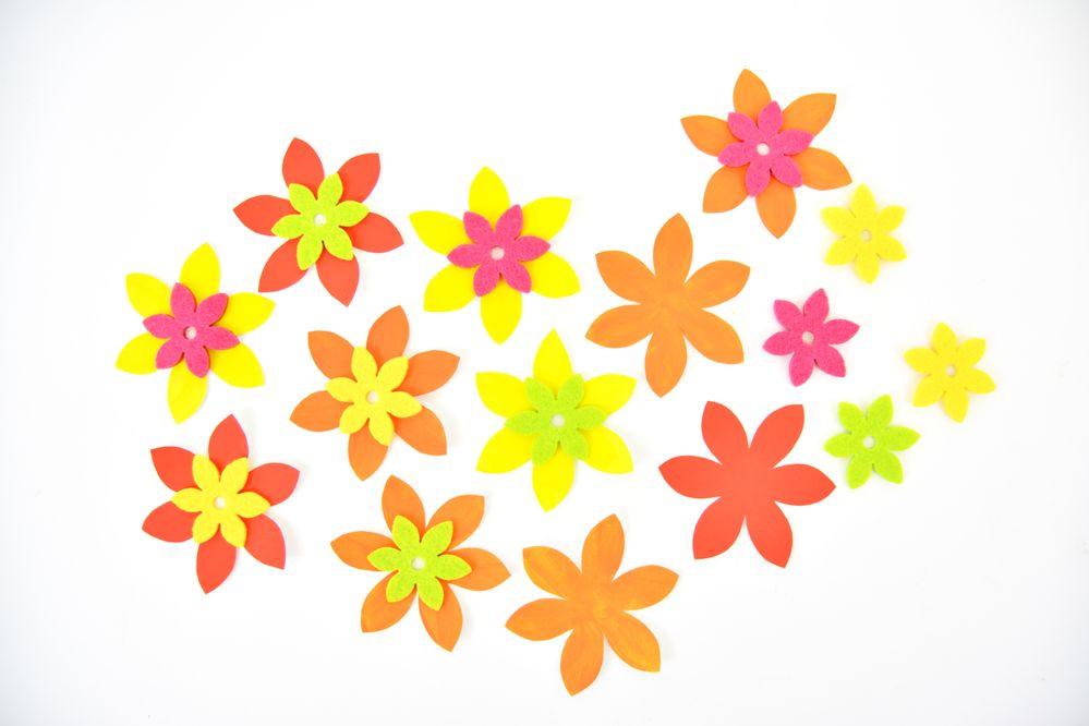 4. Coller une fleur en feutrine au centre de chaque fleur en papier.