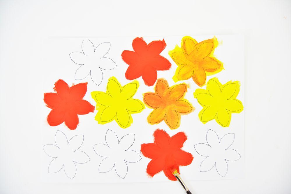 2. Télécharger et imprimer sur le papier à dessin le gabarit des fleurs. Peindre des fleurs avec la peinture jaune, orange et rouge. Laisser sécher et repasser une 2nde couche. Laisser sécher.