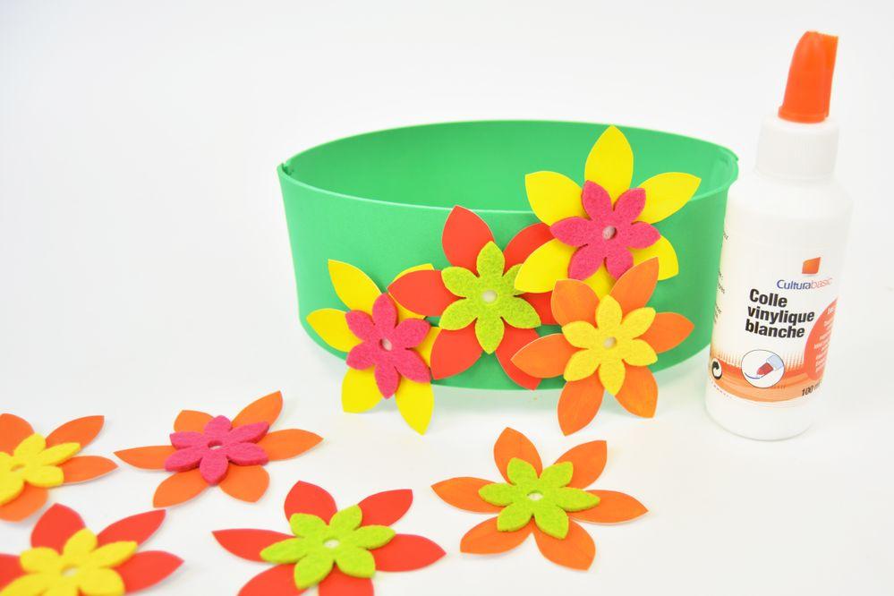 6. Coller harmonieusement chaque fleur sur la couronne.
