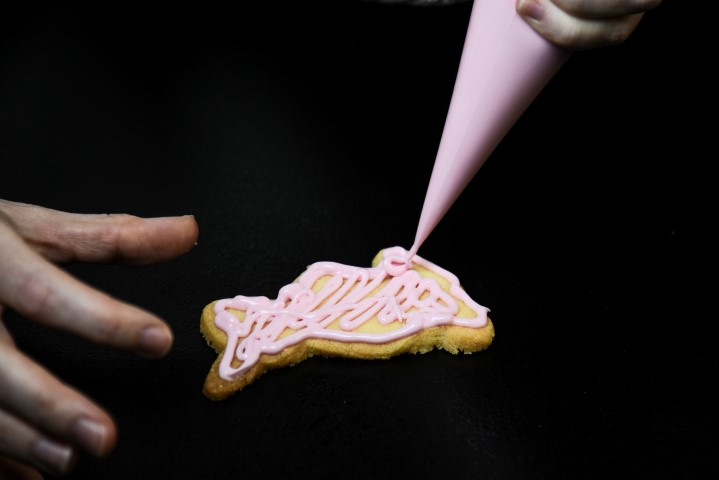9. Glaçage des biscuits: couper le bout de chaque poche à douille. Commencer par déposer le glaçage sur le contour du biscuit. Remplir ensuite l'intérieur. Secouer le biscuit de gauche à droite et de bas en haut en le soulevant pour que le glaçage se répartisse bien. Egaliser si besoin avec un pic.