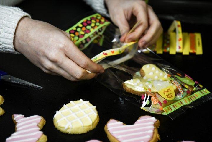 11. Réaliser des emballages de Pâques en mettant dans les sachets de la collection quelques biscuits . Nouer avec un ruban.