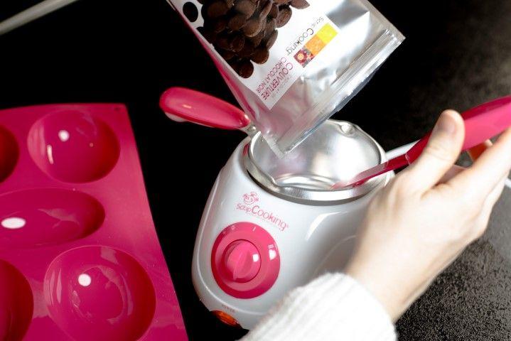 1. Moulage des coques chocolats noir des oeufs : Faire fondre dans l'appareil « L'atelier du Chocolat » 190 gr de chocolat noir . Régler sur la position 2 pour la fonte et 1 pour le maintient en température . Ne rien ajouter.