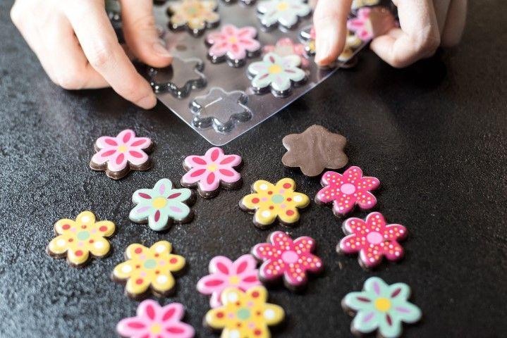 4. Démouler les petits chocolats de garnitures « fleurs » . Astuces : Retourner le moule face transfert visible vers vous et faire une légère pression au doigt.