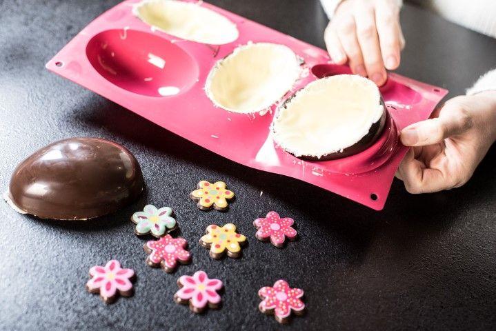 7. Démouler chaque oeuf et garnir une coque de petits chocolats « fleurs ».