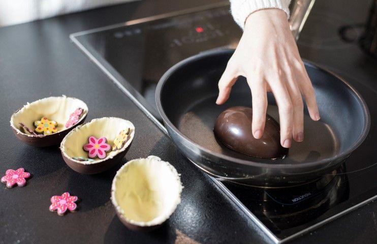 8. Astuce: Pour « souder » les deux coques, faire chauffer une poêle anti adhésive quelques secondes. Couper la chaleur. Poser une coque et faire un mouvement circulaire.