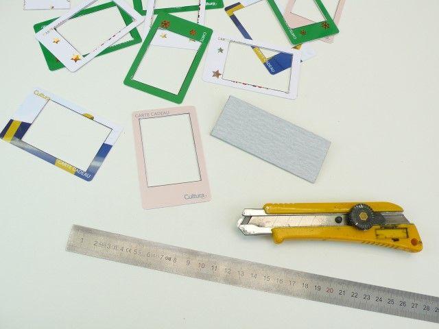 3. Découpez selon votre tracé avec un cutter et un réglet, puis poncez votre découpe avec un papier de verre très fin.   Conseil : Le plastique des cartes est parfois épais, dans ce cas découpez en plusieurs passes avec le cutter en restant bien aligné sur le réglet.