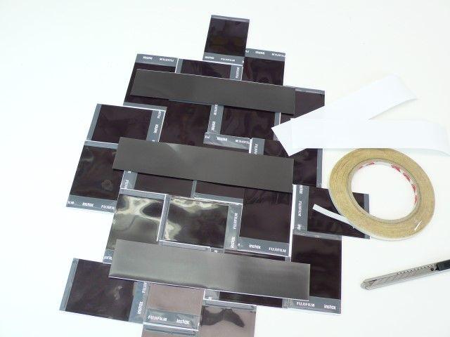 10. Découpez une feuille magnétique en 3 bandes et collez-les avec de l'adhésif double face au dos du cadre. Utilisez un adhésif double face étroit pour pouvoir enlever facilement la bande de feuille magnétique et ainsi changer aisément vos photos.