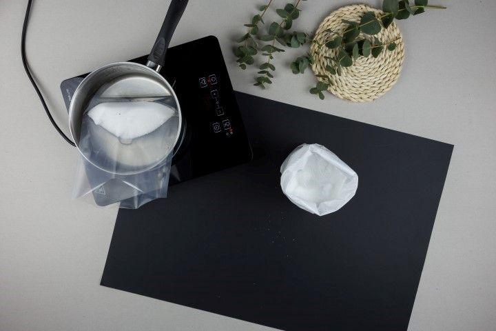2. Faire chauffer de l'eau dans une casserole, sans la porter à ébullition. Plonger le sachet pour bain marie dans l'eau chaude, en le mobilisant régulièrement pour aider à la fonte de la cire.