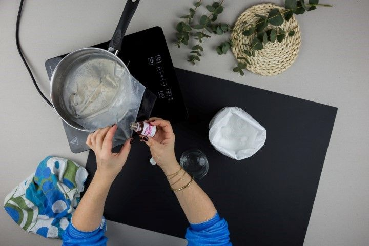 3. Verser quelques gouttes de parfum pour bougie dans la cire fondue.
