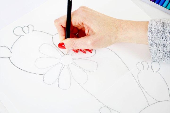 2. Retourner la feuille de calque et la poser sur le papier aquarelle afin de reporter le motif. Avec le crayon B repasser les traits du motif.