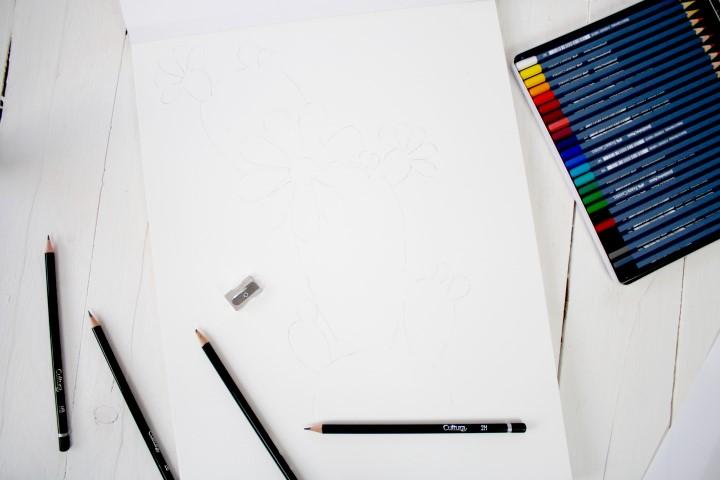 3. A l'aide d'un crayon plus léger, repasser les traits du motif sur le papier aquarelle.