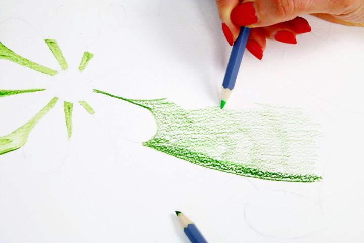 4. Commencer par colorier le motif avec de larges traits. Afin d'apporter des nuances, superposer des traits de différents verts. Pour créer des ombres dessiner des traits plus appuyés.