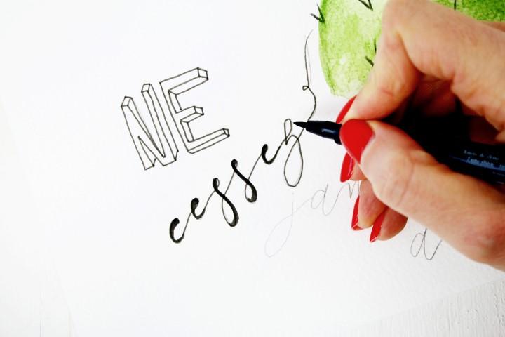 7. Avec un feutre S dessiner les mots de manière fine en lettre batons ou bien en écriture cursive.