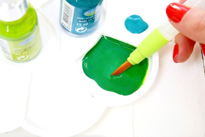 2. Remplir d'eau les réservoirs des pinceaux , puis préparer un mélange de vert avec l'encre bamboo et l'encre turquoise.