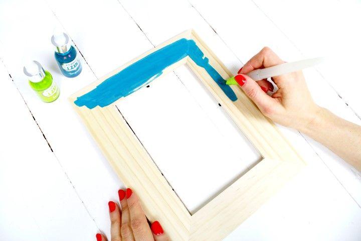 8. Avec le pinceau le plus large, peindre certains cadres avec l'encre.