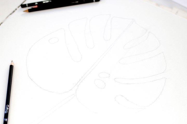 3. A l'aide d'un crayon plus léger, repasser les traits du motif sur la toile.