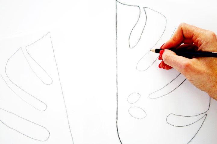 2. Retourner la feuille de calque et la poser sur la toile afin de reporter le motif. Avec le crayon B repasser les traits du motif.