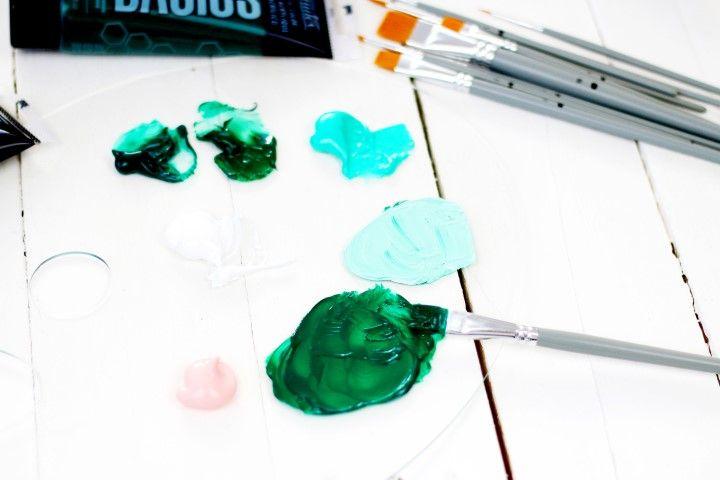 4. Préparer des mélanges de verts sur la palette afin de créer des nuances.