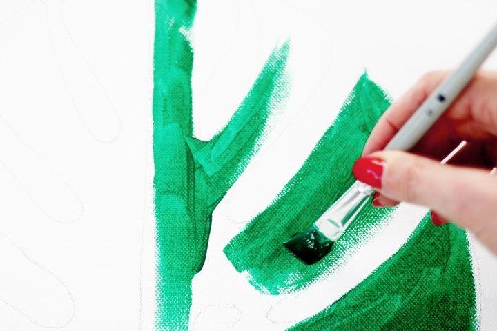 5. A l'aide d'un pinceau plat, colorer l'intérieur du motif avec une première nuance de vert en donnant de larges coups de pinceaux.