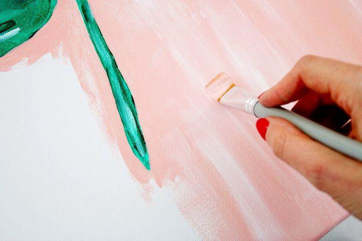 8. Avec une large brosse peindre l'ensemble du fond. Ajouter des traits blancs qui vont se mélanger au fond rose.