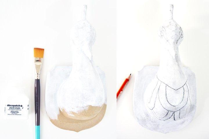 1. Passer une sous-couche de gesso decopatch® sur l'ensemble du support. Laisser sécher. Dessiner les motifs graphiques à l'aide du crayon à papier pour orner de «plumes» graphiques le corps du paon.