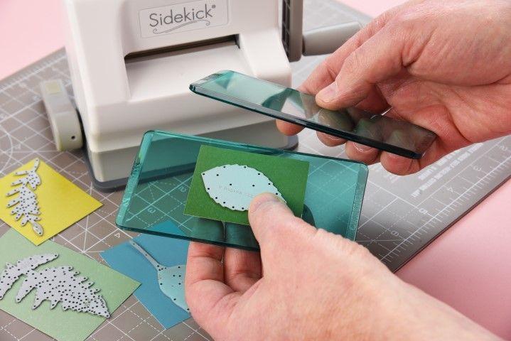 1. Créer votre sandwich en utilisant les plaques de découpes et la matrice fournies dans le kit