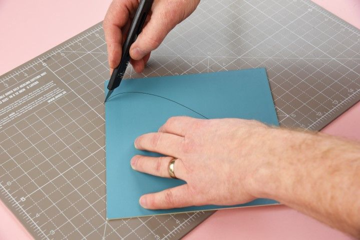 4. À l'aide d'un cutter, découper une plaque cartonnée incurvée de la même taille que le cadre dans lequel les feuilles seront disposées.