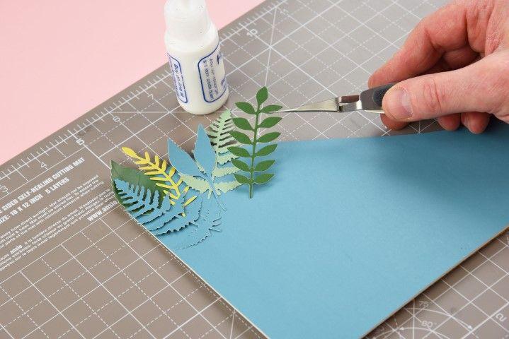 6. Disposer sur la plaque cartonnée les feuilles en commençant par le haut et en mixant formes et couleurs.
