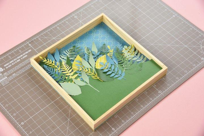 7. Coller la plaque cartonnée à l'intérieur du cadre, et répéter l'opération en créant différentes couches avec des plaques cartonnées plus petites.
