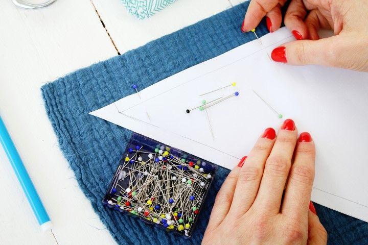 2. Répéter la même opération pour le foulard maman, découper le patron (deux triangles et 3 bandes), épingler et découper deux triangles dans le tissu double gaze Ardoise cendrée et trois bandes dans le tissu coton  Palmade vert.