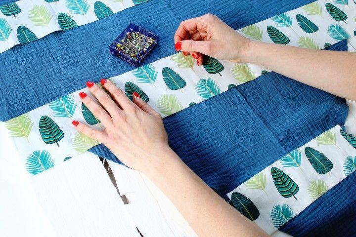 7. Pour le foulard maman, placer les 3 bandes de tissus palmade vert sur le foulard. La plus petite bande cache la couture d'assemblage. Répéter les mêmes opérations que sur le foulard fille pour le point de couture.