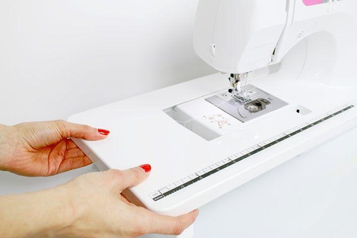 8. Programmer le point de surjet : pour plus de confort installer la table large sur la machine à coudre. Sélectionner le point 06 et mettre le pied de biche G.