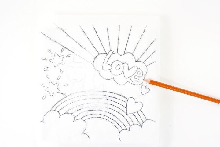 2. Reporter le gabarit sur un papier calque. Retourner le calque et le poser sur la toile, repasser sur chaque trait pour que le motif se reporte sur la toile.